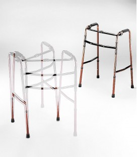 Ejemplo de uso del andador de aluminio sin ruedas, para personas mayores o con discapacidad