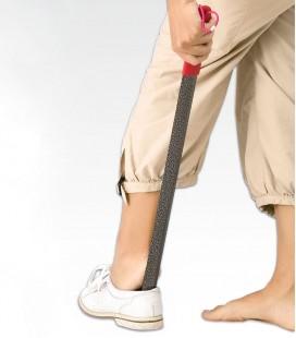 Calzador metálico largo para ayudar a calzarse a las personas mayores que no pueden agacharse