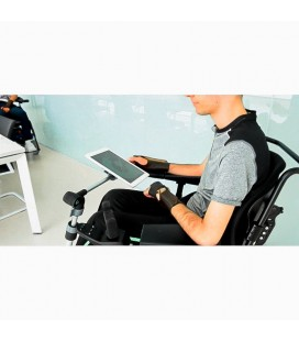 Chico en silla de ruedas utilizando el brazo articulado Cymalog con una tablet
