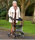 Anciana caminando por el parque con el andador rolator Taurus 2