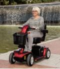 Señora haciendo uso en un parque del Scooter Victory Lux