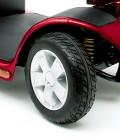 Detalle de la rueda y suspensión del Scooter Victory Lux Roja