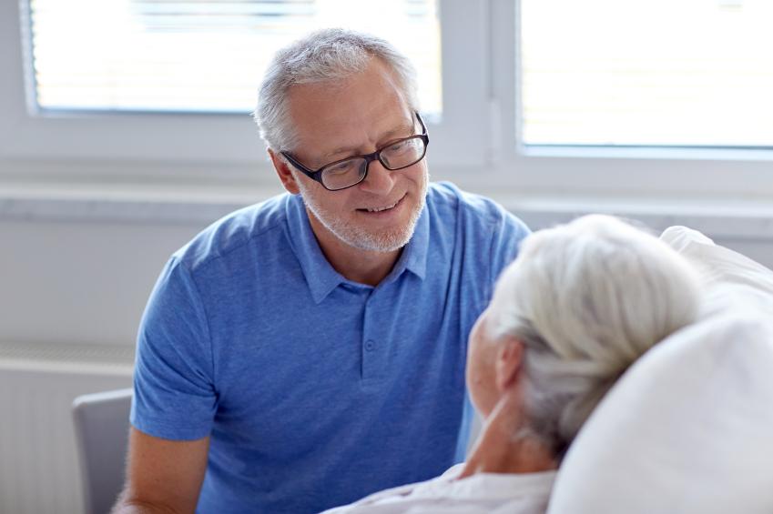 Cómo se cambia un pañal a un anciano
